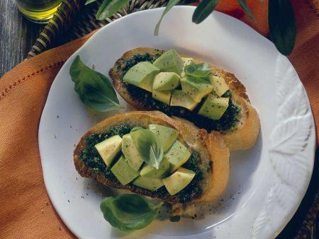 Röstbrot mit Kräuterpesto und Avocado