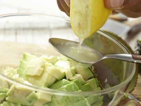 Röstbrote mit Avocado-Tatar: Zubereitungsschritt 7