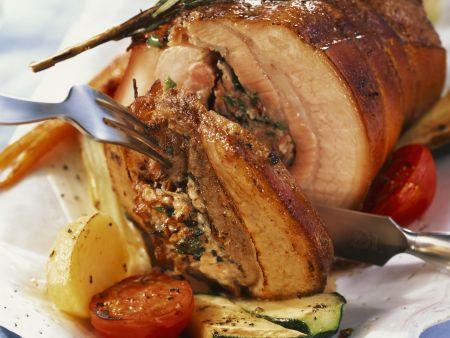 Rollbraten vom Schwein mit Schinken gefüllt dazu Gemüse