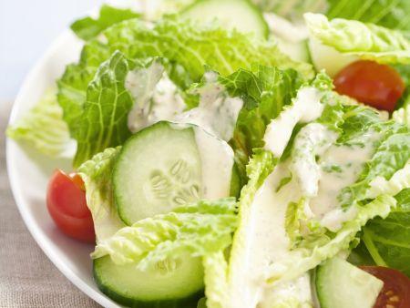 Romanasalat mit Tomaten, Gurken und Joghurtdressing