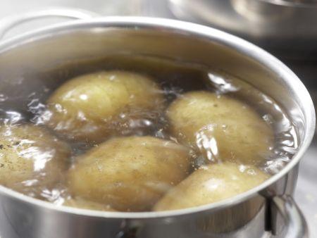 Rosenkohlpüree mit Sesamkartoffeln: Zubereitungsschritt 1