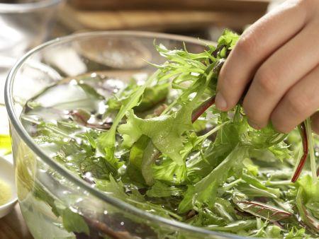 Rotbarbe auf Salate-Mix: Zubereitungsschritt 6
