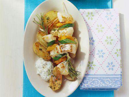 Rotbarschspieße mit Gemüse, gebackenen Kartoffeln und Gurkenjoghurt