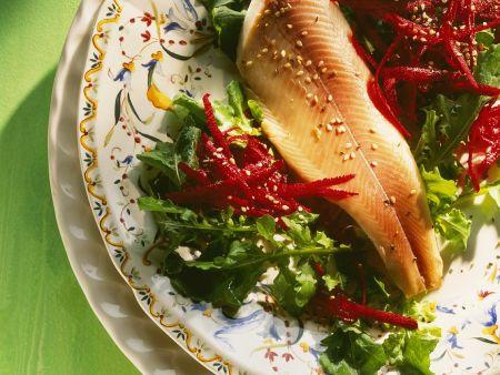 Rote Bete-Salat mit Rucola und Räucherfisch