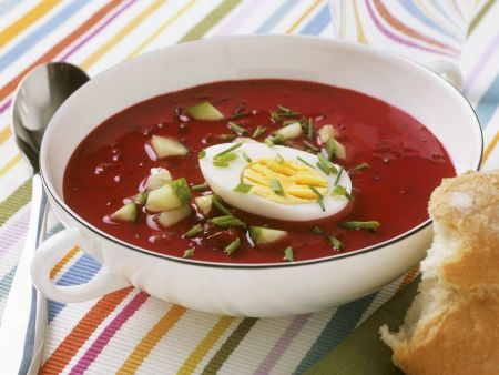 Rote-Bete-Suppe mit hartem Ei