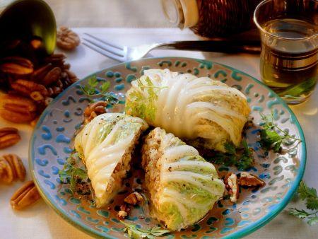 Rouladen aus Chinakohl mit Tofu und Pecannüssen