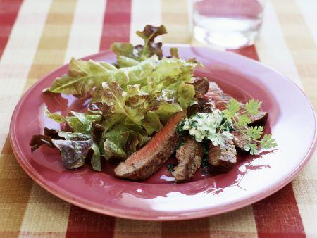 Rumpsteak mit Kräuterbutter und Blattsalat
