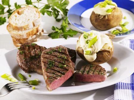 Rumpsteak vom Grill mit Backkartoffeln und Sauerrahm