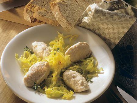 Rezept: Safranspitzkohl mit Masparpone-Lachs-Nockerl