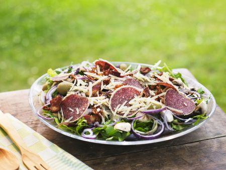 Salami-Pilz-Salat mit Käse und Oliven