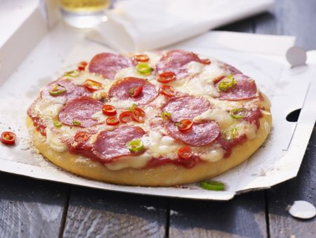 Salami-Pizza mit Chiliringen