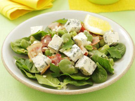 Salat aus Blattspinat mit Gorgonzola, Saubohnen und Knoblauch