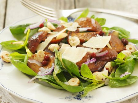 Salat aus Blattspinat, Pilzen, Nüssen und Parmesan