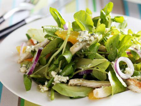 Salat aus Brunnenkresse mit Zwiebeln und Hühnchen