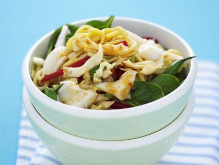 Salat aus Eiernudeln mit Geflügelfleisch und Gemüse