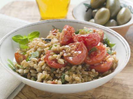 Salat aus Emmer, Tomaten und Kräutern