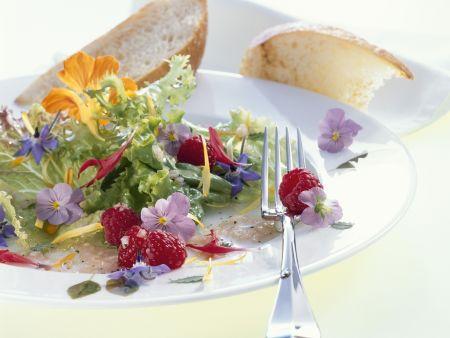 Salat aus Essblüten