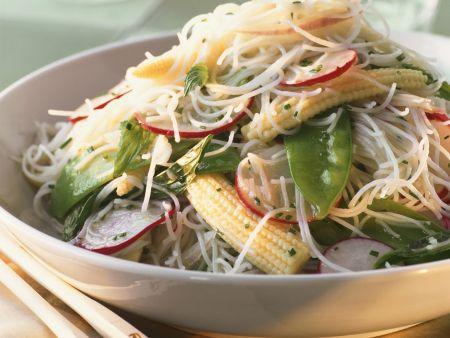 Salat aus Fadennudeln und Gemüse