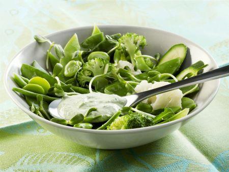 Salat aus grünem Gemüse mit frischem Dressing aus Joghurt, Minze und Frischkäse