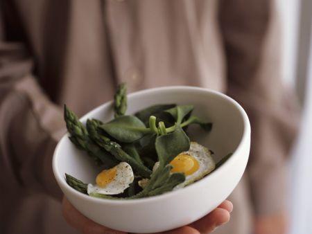 Rezept: Salat aus grünem Spargel und Spinat mit Wachteleiern