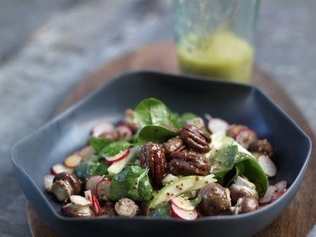 Salat aus jungem Spinat und feurigen Pekannüssen