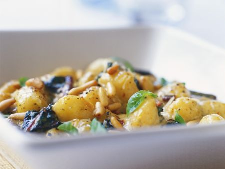 Salat aus jungen Kartoffeln und Pinienkernen