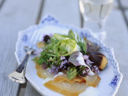 Salat aus Räucherfisch, Spargel und frischen Kräutern