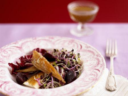 Salat aus Roter Bete, Radicchio, Räuchermakrele und Sprossen