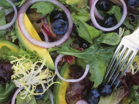 Salat mit Blaubeeren und Avocado