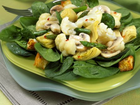 Salat mit Blumenkohl, Champignons und grünem Spargel