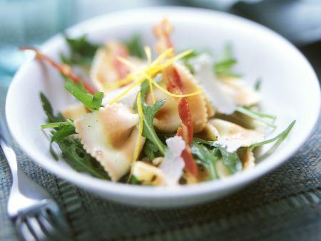 Salat mit bunten Nudeln, Rucola und Speck