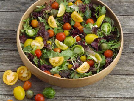 Salat mit bunten Tomaten