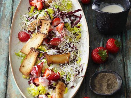 Salat mit Erdbeeren und Kräuterseitlingen