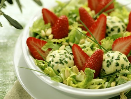Salat mit Erdbeeren Ziegenfrischkäse-Klößchen