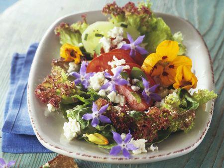 Rezept: Salat mit essbaren Blüten, Schafskäse und Knoblauch-Brot