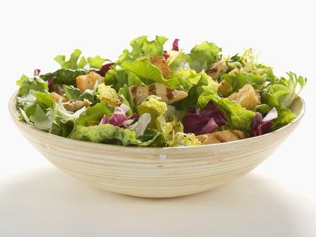 Salat mit Hähnchen und Croutons
