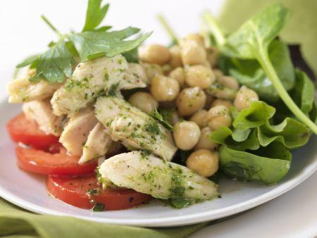 Salat mit Hähnchenstreifen, Kichererbsen und Pesto-Vinaigrette