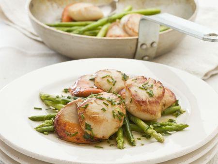 Salat mit Jakobsmuscheln und grünem Spargel