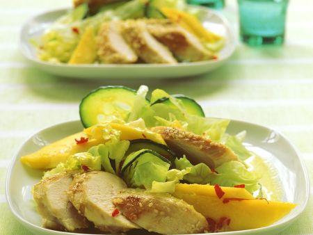 Salat mit Kokos-Currydressing und Hähnchen