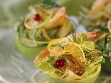 Salat mit Lachs und Kaviar im halben Apfel