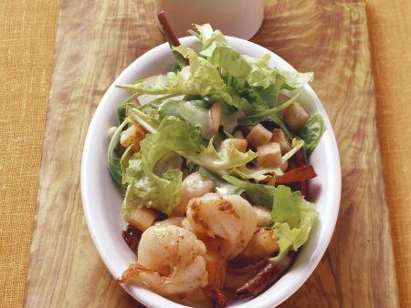 Salat mit Shrimps, Croutons und Vinaigrette