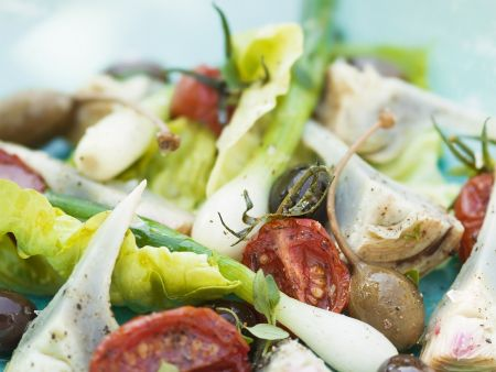 Salat mit Tomaten, Lauchzwiebel und Artischocken