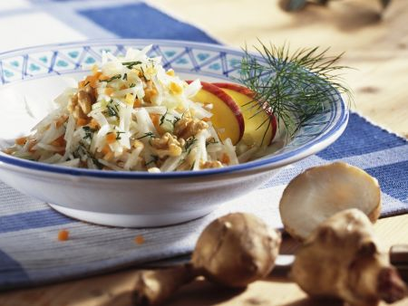 Salat mit Topinambur, Äpfeln und Walnusskernen