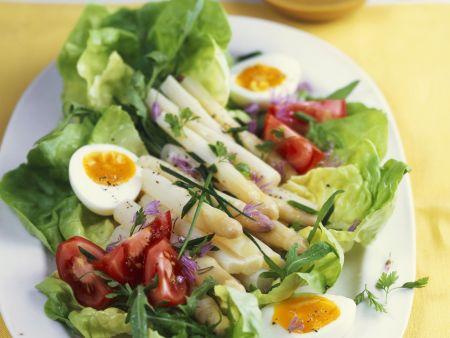 Salat mit weißen Spargel und Kräutern
