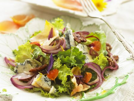 Salat mit würzigem Blauschimmel, Nüssen und essbaren Blüten