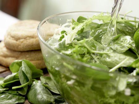 Salat mit pochiertem Ei und Lachsschinken: Zubereitungsschritt 2