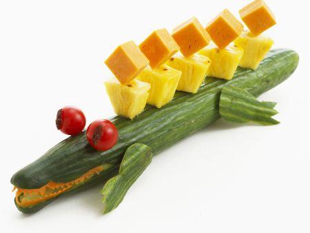 Salatgurke mit Ananas- und Käsewürfeln