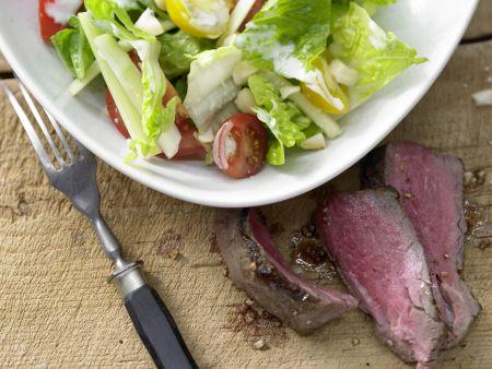 Salatschüssel mit scharfen Rinderfiletscheiben