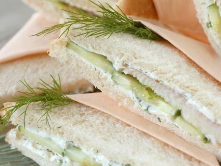 Sandwich mit Räucherfisch, Dill und Gurke