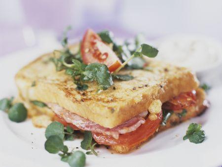 Sandwich mit Schinken, Salat und Tomaten